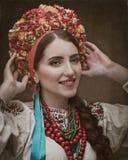 Beauté d'Ethno Belle jeune femme dans la robe traditionnelle images stock