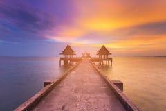 Beauté d'horizon de littoral de coucher du soleil avec le passage couvert pour abandonner le temple dans l'océan Photo libre de droits
