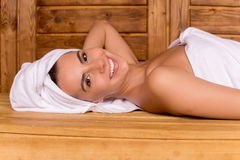 Beauté dans le sauna. photos libres de droits