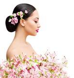 Beauté de femme en Sakura Flowers, beau portrait asiatique de mode de ressort de fille image libre de droits