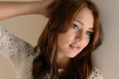 Beauté de femmes. Portrait de belles jeunes femmes posant avec h images libres de droits