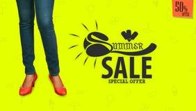 Beauté de la jeune fille asiatique posant sur le fond jaune de studio, calibres promotionnels de bannière de vente d'été Images stock