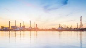 Beauté de lever de soleil au-dessus d'avant de rivière de raffinerie de pétrole photo libre de droits