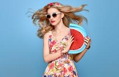 Beauté de mode Modèle blond sensuel Équipement d'été photo libre de droits