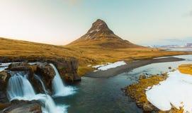 Beauté de montagne de Kirkjufell avec des chutes de l'eau Photo libre de droits