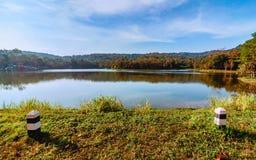 Beauté de nature et de point de repère à l'étude naturelle et Eco Jetkod-Pongkonsao, Saraburi, Thaïlande Beau lac avec le ciel bl photo stock