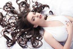 Beauté de ressort ou concept de cosmétiques de femme Tir de portrait de mode Photographie stock libre de droits