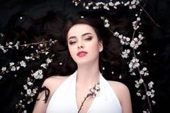 Beauté de ressort ou concept de cosmétiques de femme Tir de portrait de mode Photo stock