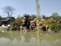 Beauté de ressort de tourisme de Guangxi Beihai de la Chine, jardin de rocaille, l'eau verte, arbres, pavillons photos stock