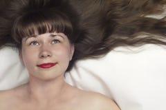 Beauté de sommeil avec la vue supérieure de longs cheveux Image libre de droits