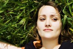 Beauté de sourire sur l'herbe Image stock