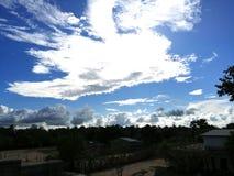 Beauté du ciel bleu dans l'heure d'été images stock