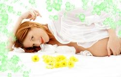 Beauté enceinte avec les fleurs #2 photo stock