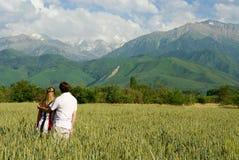 Beauté enjoing de jeunes couples de nature Photographie stock libre de droits