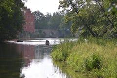 Beauté ensoleillée de Tchèque de temps libre de vieille ville de ville de personnes de repos de bateau de lac Photo stock