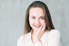 Beauté enthousiaste de la jeunesse de soins de la peau de jeune femme image libre de droits