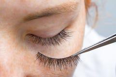 Beauté et concept de mode - procédures d'extension de cil La fille rousse d'oeil fermé avec des taches de rousseur modèlent avec  images stock