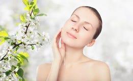 Beauté et concept de soins de la peau - portrait de belle jeune femme image stock