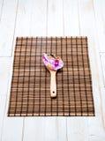 Beauté et concept de station thermale avec la cuillère en bois et l'orchidée rose Images stock