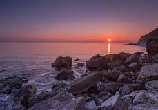 Beauté et coucher du soleil de mer calme Photo stock