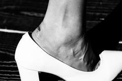 Beauté et mode, soins de la peau blessez à pied dans la chaussure à la mode blanche de la femme de charme photos stock