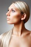 Beauté et soin de peau. Long cheveu blond brillant élégant Photos stock