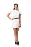 Beauté féminine tendre dans la robe de dentelle posant avec le bras sur la taille Images libres de droits