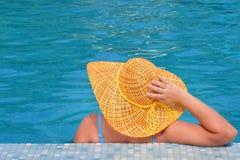 Beauté femelle réelle détendant dans la piscine Image libre de droits
