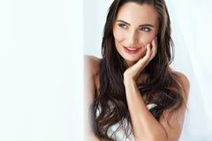 beauté Femme avec le beau visage et la peau lisse, cheveux de Brown photographie stock libre de droits