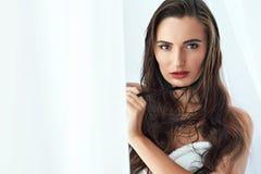 beauté Femme avec le beau visage et la peau lisse, cheveux de Brown photo libre de droits