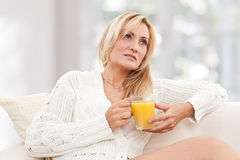 Beauté, femme de blondie avec une glace de jus d'orange Photos stock