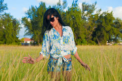 Beauté hispanique sur un champ d'herbe verte photo libre de droits