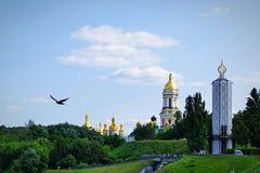 Beauté incroyable un oiseau gratuit vole contre le contexte de Kiev-Pechersy Lavra images stock