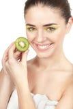 Beauté. Jeune belle femme tenant le kiwi Image libre de droits
