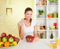 Beauté, jeune fille mangeant la fraise Photo stock