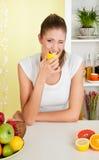 Beauté, jeune fille mangeant le citron acide Photographie stock libre de droits