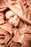 Beauté magnifique de femme enveloppée dans le tissu Image stock
