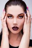 Beauté naturelle de santé d'un visage de femme. Maquillage orange en gros plan de yeux. Photographie stock libre de droits