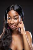 Beauté noire avec de longs cheveux foncés image stock