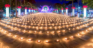 Beauté panoramique des bougies pendant la nuit Photo libre de droits
