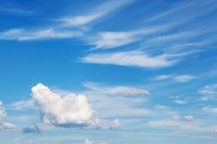 Beauté peu commune de ciel gentil avec les nuages très bien aérés photo libre de droits