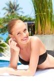 Beauté se trouvant à côté de la piscine Photo stock