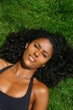 Beauté se trouvant sur l'herbe Images libres de droits