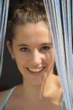 Beauté souriant derrière le rideau photo libre de droits