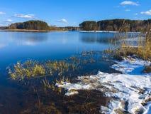 Beauté sur la rivière de ressort Images libres de droits