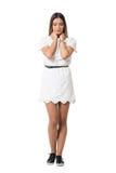 Beauté triste tendre dans la robe blanche de dentelle avec des mains sur le cou regardant vers le bas Photographie stock