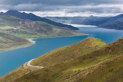 Beauté vers le lac de suffocation de moutons photos libres de droits