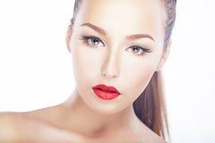 Beauté - visage frais de femme - languettes rouges, peau saine propre naturelle image stock