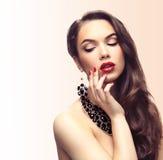 Beauté Woman modèle avec de longs cheveux onduleux de Brown Photos stock