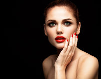 Beauté Woman modèle avec de longs cheveux onduleux de Brown Cheveux sains et beau maquillage professionnel Lèvres rouges et yeux  Photographie stock